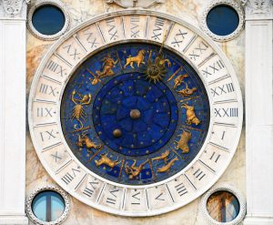 Der Deszendent bildet das gegenüberliegende Sternzeichen und hat Bedeutung in der Partnerschaft.