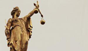 Der Gerechtigkeitssinn ist in der Waage-Frau tief verankert.
