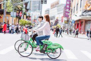 Auch gemeinsame Aktivitäten wie eine Radtour können eine gute Möglichkeit für ein erstes oder weiteres Date sein.