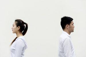 Welche Sternzeichen bleiben lieber in einer unglücklichen Beziehung anstelle sie zu beenden?