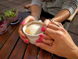 No-Gos beim Date, worauf man achten sollte. Kleine Körperkontakte im richtigen Moment können Nähe aufbauen, wenn sie erwidert werden.